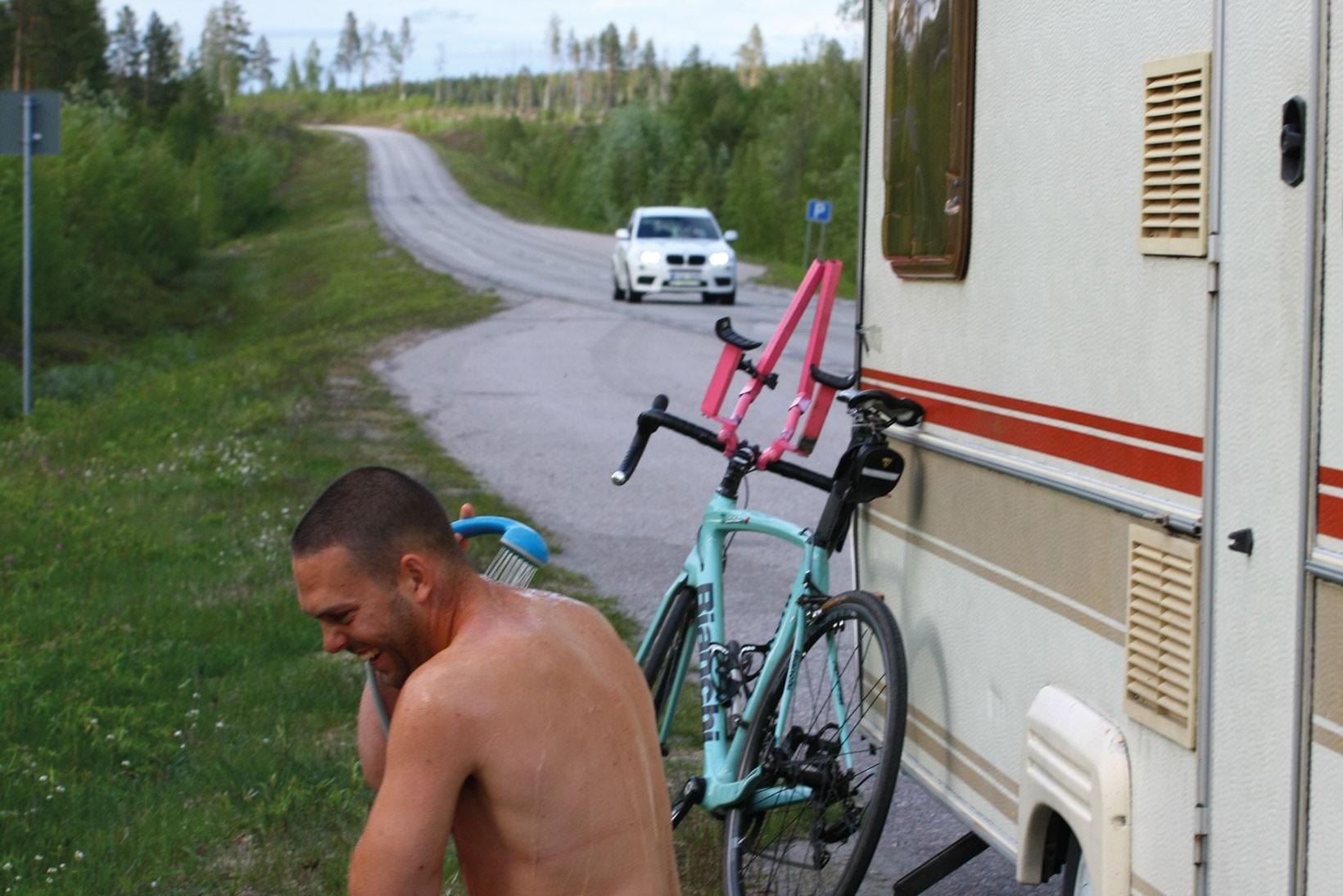 Livet på vägarna var allt annat en glamouröst. Här dusch någonstans i Norrland. Foto: Umara