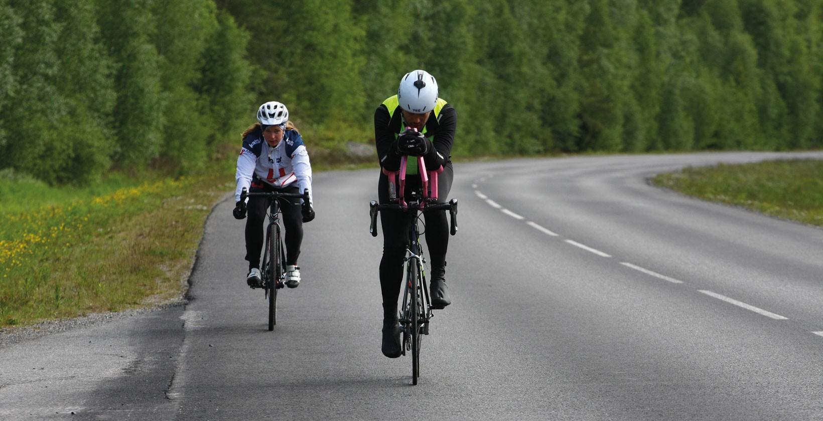 För att slippa hålla ryggen uppe med egen kraft byggde Simon världshistoriens minst aerodynamiska tempostyre. Foto: Umara