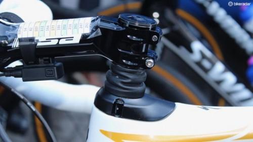 Tom Boonen kör i år på nya Specialized Roubaix, med stötdämpning av styret.