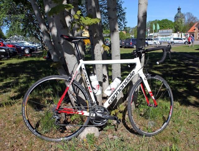 Cykel, kitad och klar. Det vill säga försedd med två flaskor. Cykeln var troligen mer redo än jag även om den inte fått finbakhjulet på än