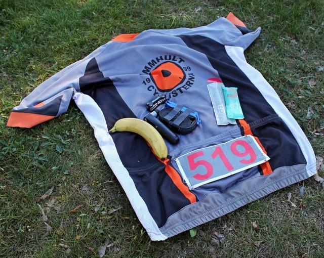 Nästan jobbigare än att cykla - att knåpa dit små hopplösa säkerhetsnålar utan att förstöra tröjan
