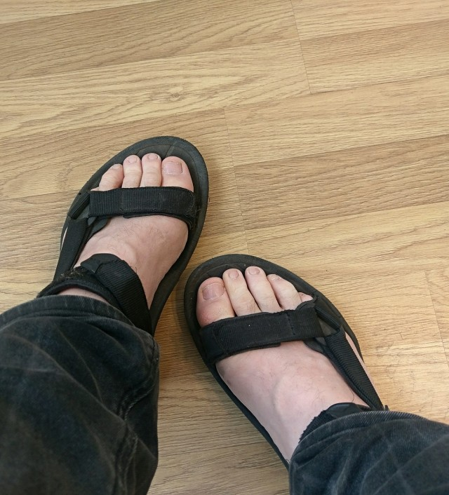 Kallt är det men våren är här och då bär man sandaler!