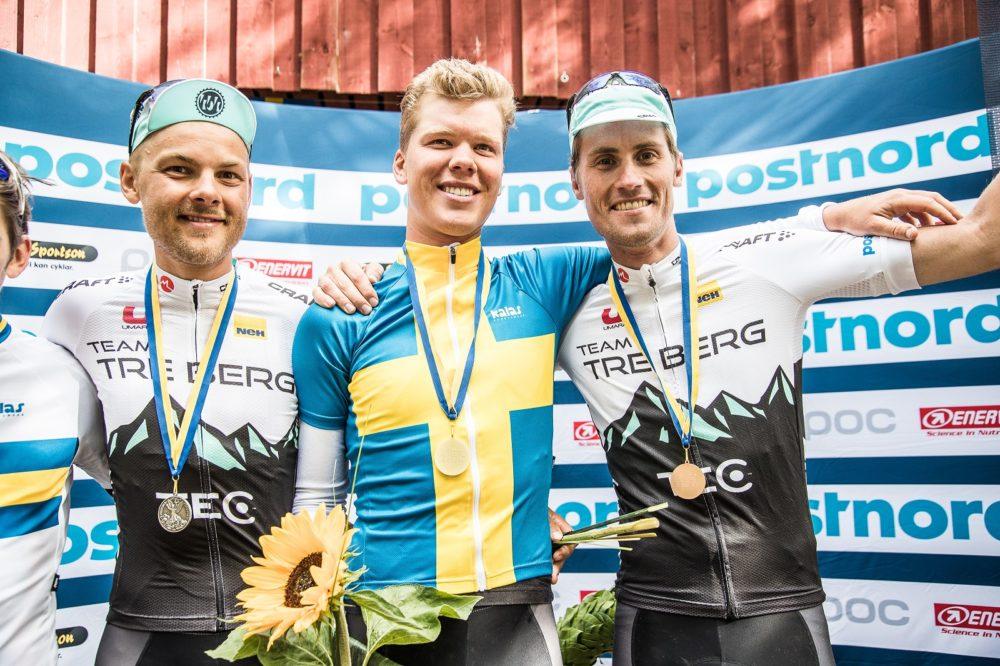 En nöjd Kim Magnusson fick dra på sig mästartröjan efter SM-guldet i linje 2017. Foto: Niklas Wallner