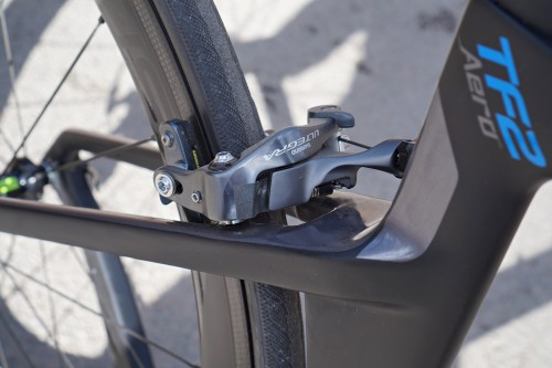 Direct mount-bromsar, vilka har bra bett. Vi ser också hjulens fina bromsyta.