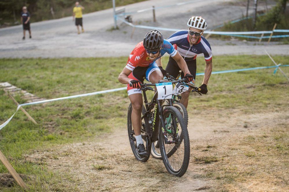 Joel Burman, Borlänge CK i tajt kamp med Matthias Wengelin, Örebrocyklisterna i herrelit finalen. Foto: Niklas Wallner