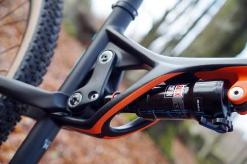 Lapierre har ju ofta väldigt häftiga former på sina cyklar i kolfiber, och XR är inget undantag vare sig i sina gamla skepnad eller i denna nya.