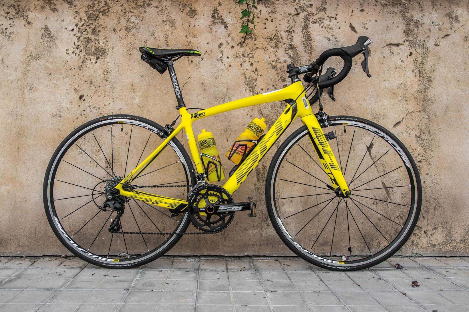Man skulle kunna tro att det är ledaren i Tour de France som parkerat, gult är inte fult!