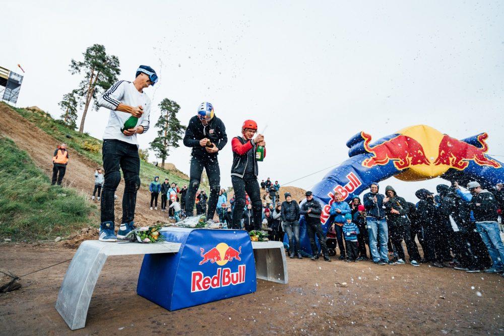 Emil Johansson firar segern i slopestyle-SM tillsammans med tvåan Martin Söderström och trean Nils Buller. Foto: Emrik Jansson/Vätternrundan