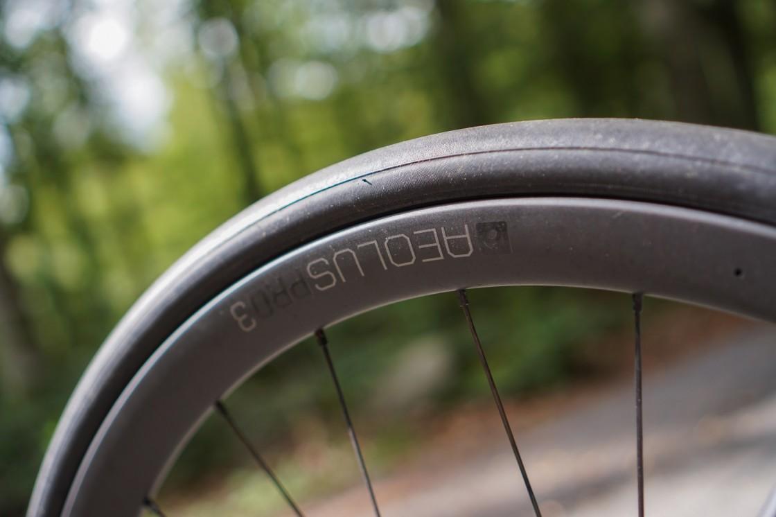 Ingen vanlig syn på en cykel under 7 kilo, med däck som mäter 29 mm på de 27 mm breda fälgarna i Bontragers D3-profil, lånad från de absoluta topphjulen.