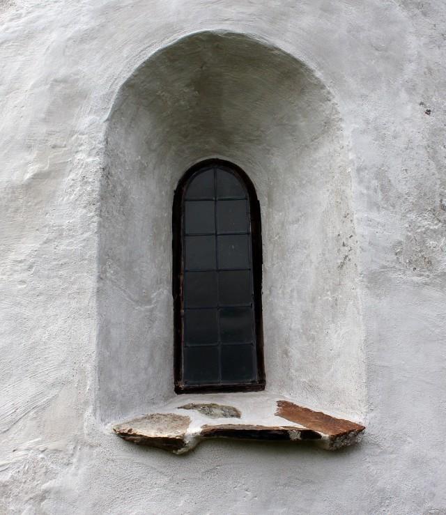 Bak fönstret råder ensamhet