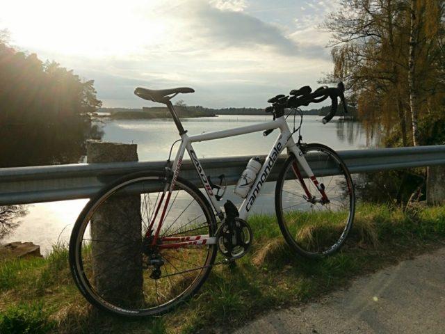 Solen går ned över Helgasjön och i bakgrunden skymtas Kronobergs slottsruin